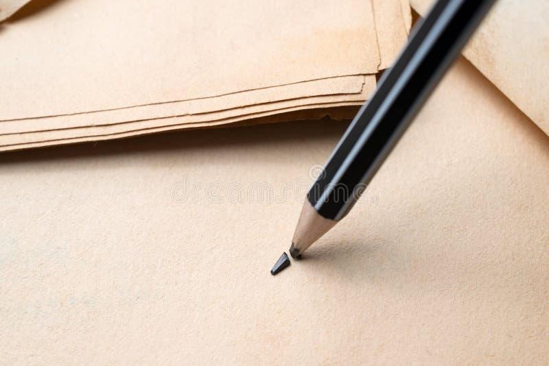gescherpt potlood over een leeg oud blad van document met gebroken t royalty-vrije stock foto's