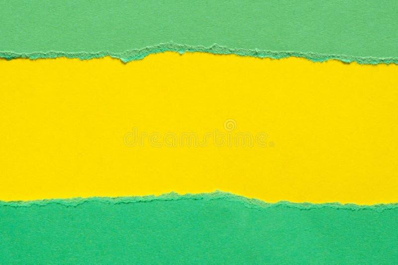 Gescheurd Groenboek met een gele achtergrond stock afbeelding