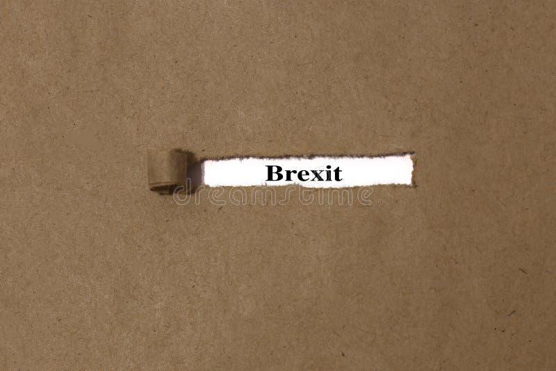 Gescheurde bruine envelop die uit Manila het woord brexit op Witboek openbaren stock afbeeldingen