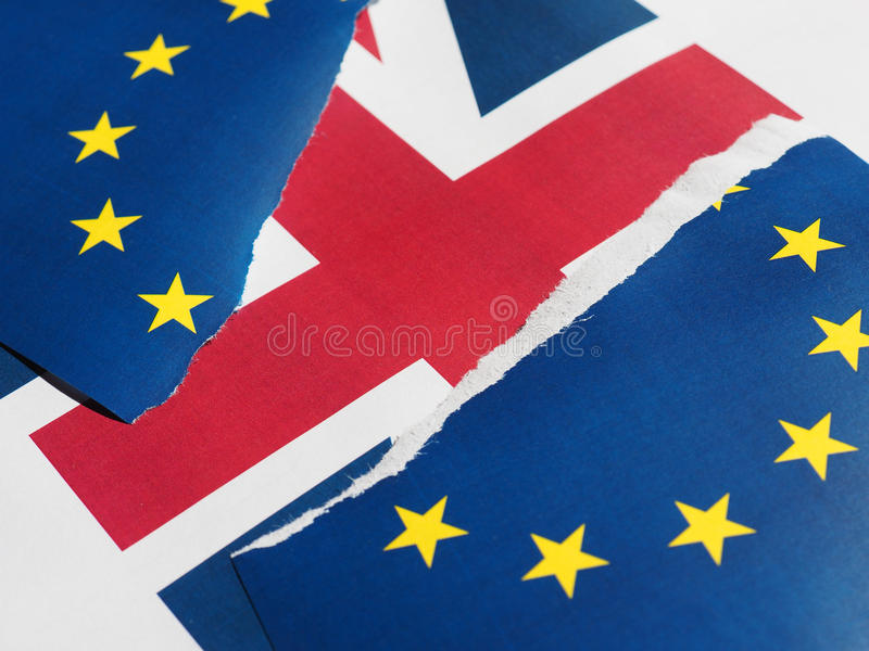Gescheurde de EU-vlag over Britse vlag stock foto's