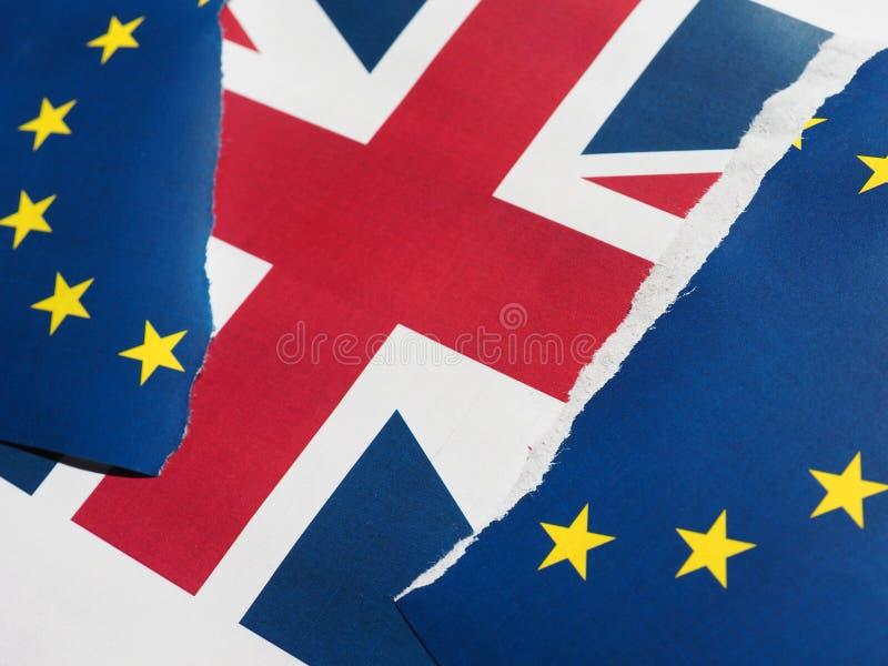 Gescheurde de EU-vlag over Britse vlag stock afbeelding