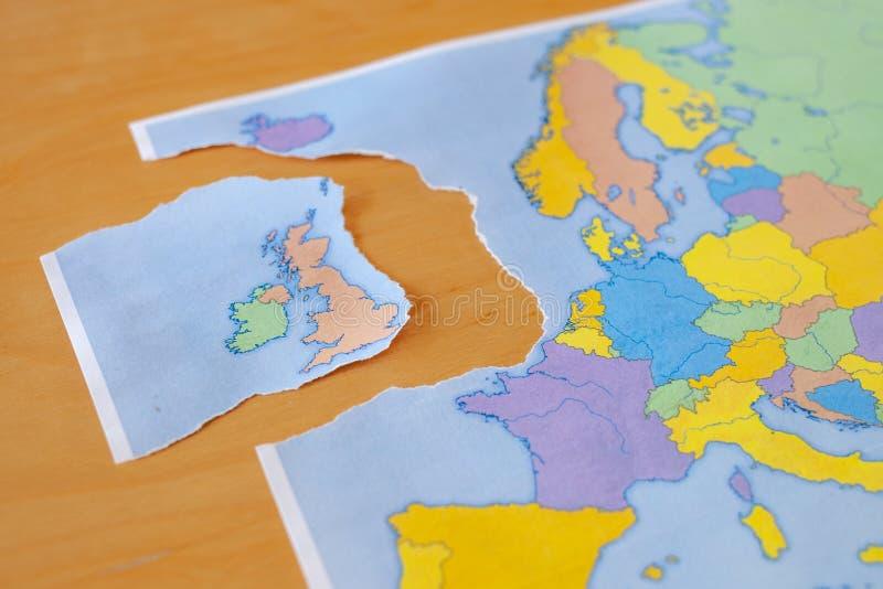 Gescheurde document kaart die het UK symboliseren die de Europese Unie of Brexit verlaten royalty-vrije stock foto