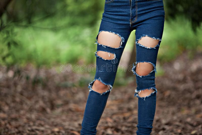 Gescheurde jeans stock foto's