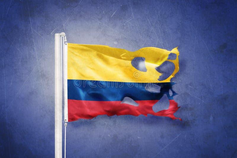 Gescheurde vlag die van Colombia tegen grungeachtergrond vliegen royalty-vrije illustratie