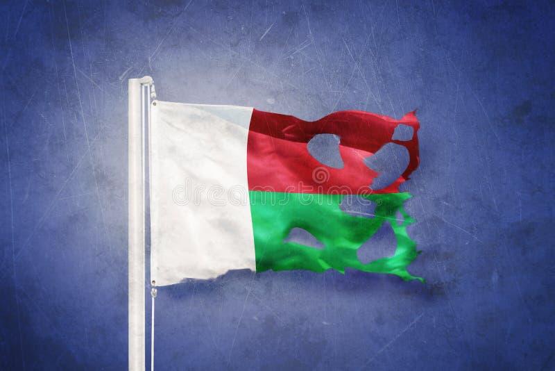 Gescheurde vlag die van Madagascar tegen grungeachtergrond vliegen vector illustratie