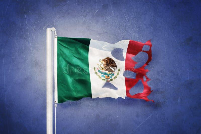 Gescheurde vlag die van Mexico tegen grungeachtergrond vliegen vector illustratie