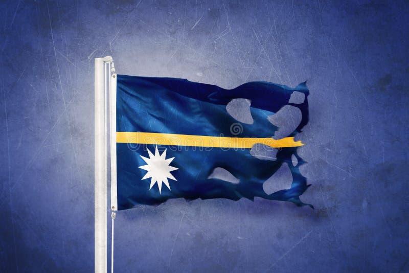 Gescheurde vlag die van Nauru tegen grungeachtergrond vliegen royalty-vrije illustratie