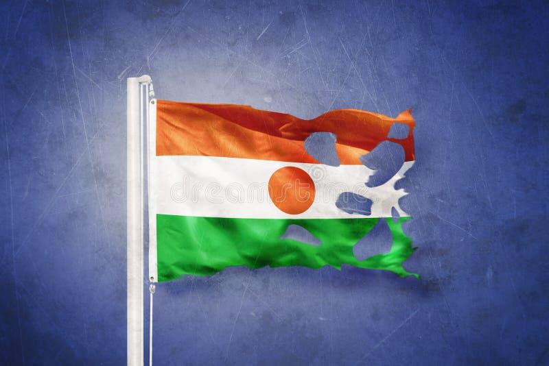 Gescheurde vlag die van Niger tegen grungeachtergrond vliegen royalty-vrije illustratie