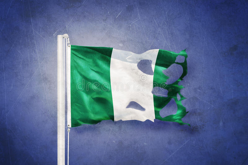 Gescheurde vlag die van Nigeria tegen grungeachtergrond vliegen vector illustratie