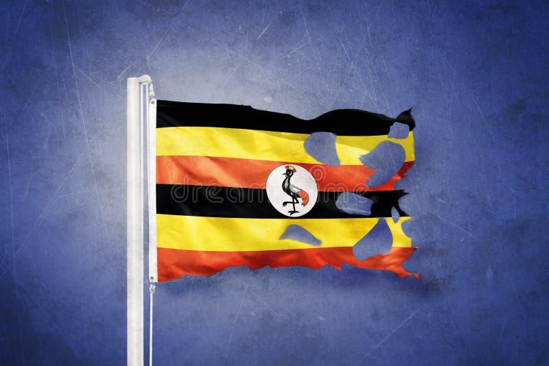 Gescheurde vlag die van Oeganda tegen grungeachtergrond vliegen stock illustratie