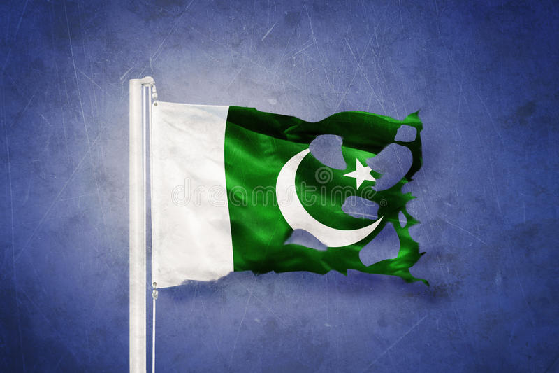 Gescheurde vlag die van Pakistan tegen grungeachtergrond vliegen vector illustratie