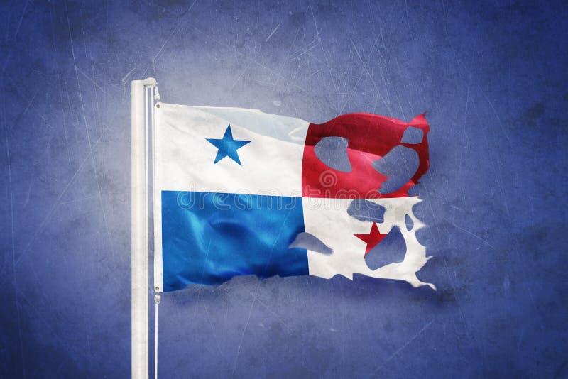 Gescheurde vlag die van Panama tegen grungeachtergrond vliegen royalty-vrije illustratie