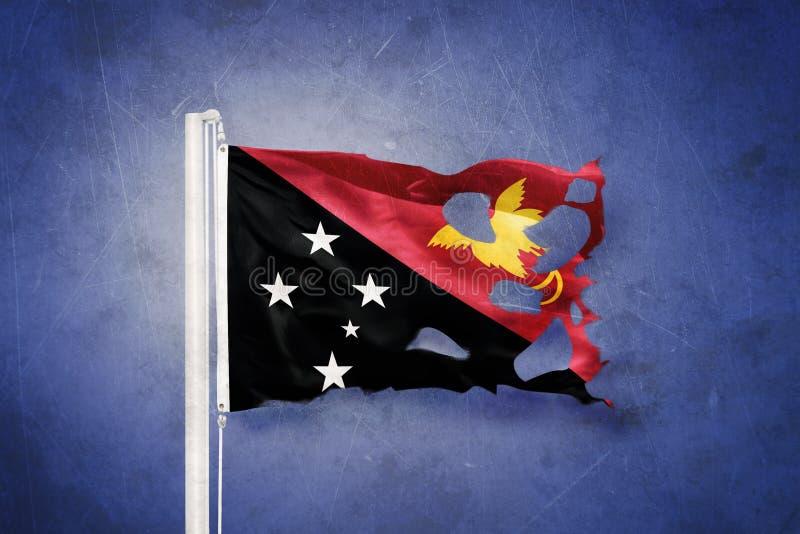 Gescheurde vlag die van Papoea-Nieuw-Guinea tegen grungeachtergrond vliegen royalty-vrije illustratie
