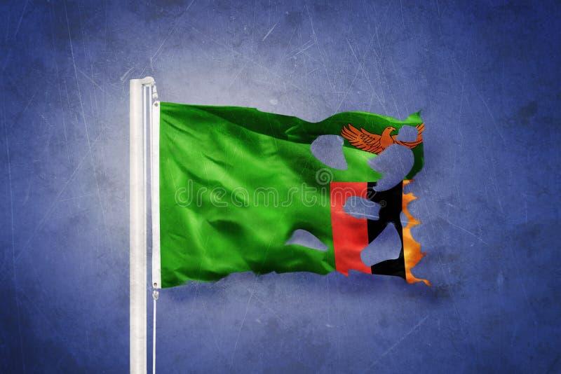 Gescheurde vlag die van Zambia tegen grungeachtergrond vliegen vector illustratie