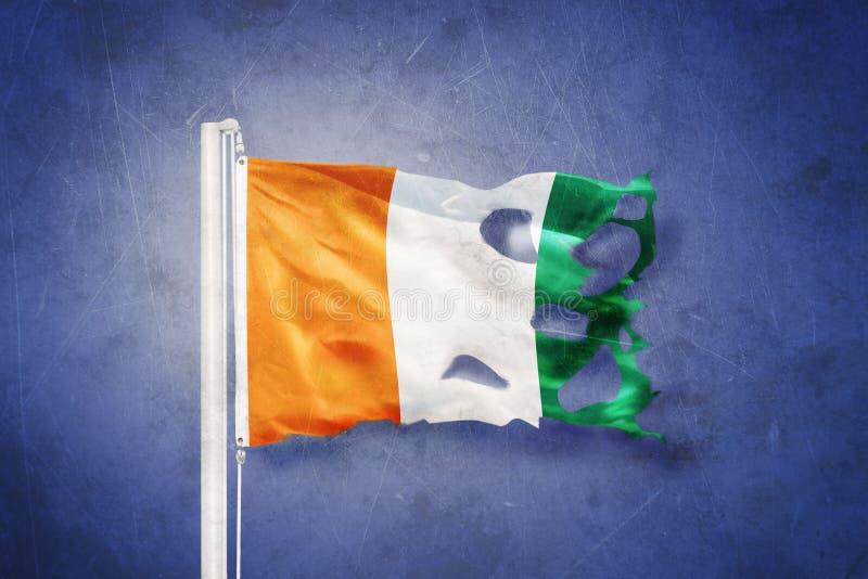 Gescheurde vlag van Kooi D die ` Ivoire tegen grungeachtergrond vliegen vector illustratie
