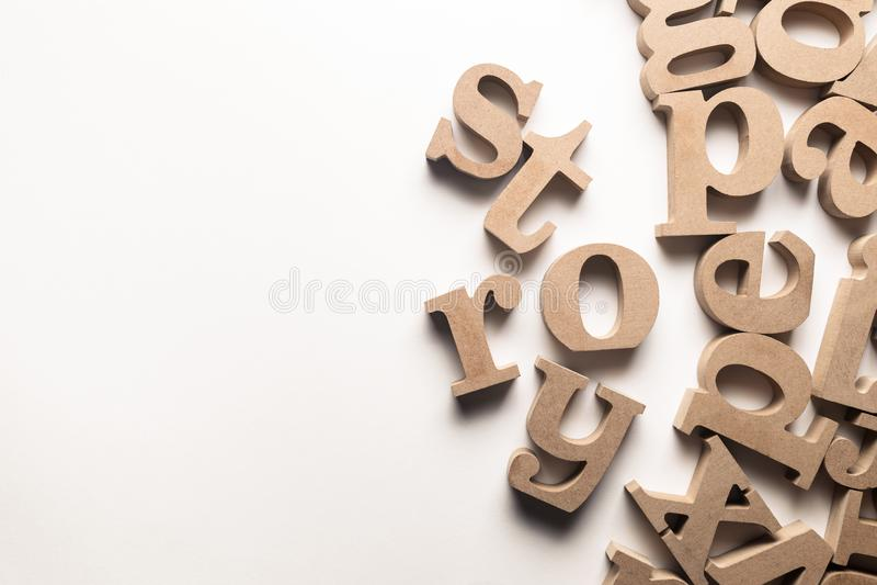 Geschichten-Holz-Buchstaben lizenzfreie stockbilder