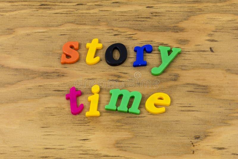 Geschichtenzeitlesung, die Klassenzimmerspaßplastik sagt stockbild