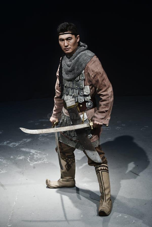 Geschiedenisstrijder die zich met twee zwaarden bevinden stock afbeelding