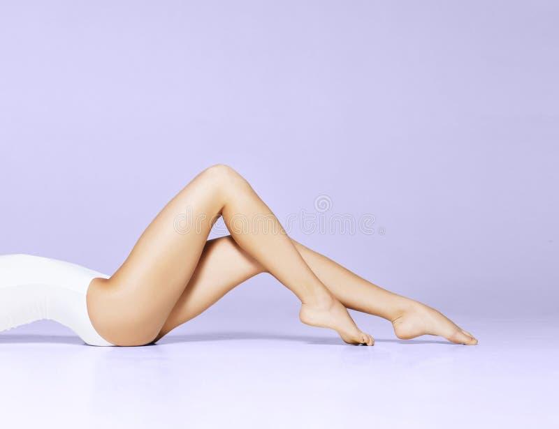Geschikt en mooi vrouwelijk lichaam Jong meisje in wit zwempak royalty-vrije stock fotografie