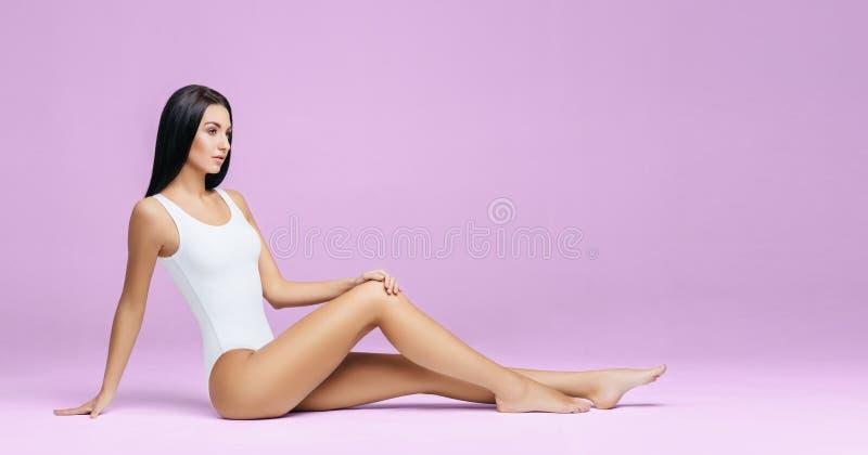 Geschikt en sportief meisje in ondergoed Het mooie en gezonde vrouw stellen in wit zwempak Slank lichaam Sport, fitness, dieet stock foto