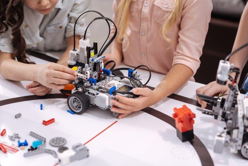 Geschikt jonge schoolkinderen die elektronische apparaten testen op school royalty-vrije stock afbeeldingen