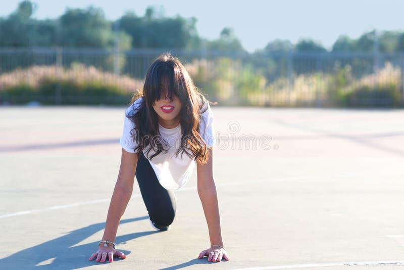 Geschikt meisje die plankoefening openlucht in de dag van de park warme zomer doen stock foto's