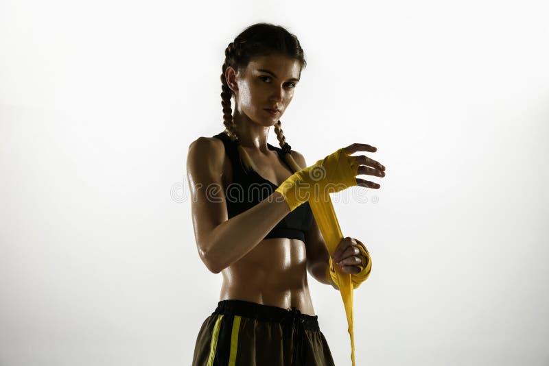 Geschikt voor caucasiaanse vrouw in sportkleding, geïsoleerd op witte studioachtergrond stock afbeelding