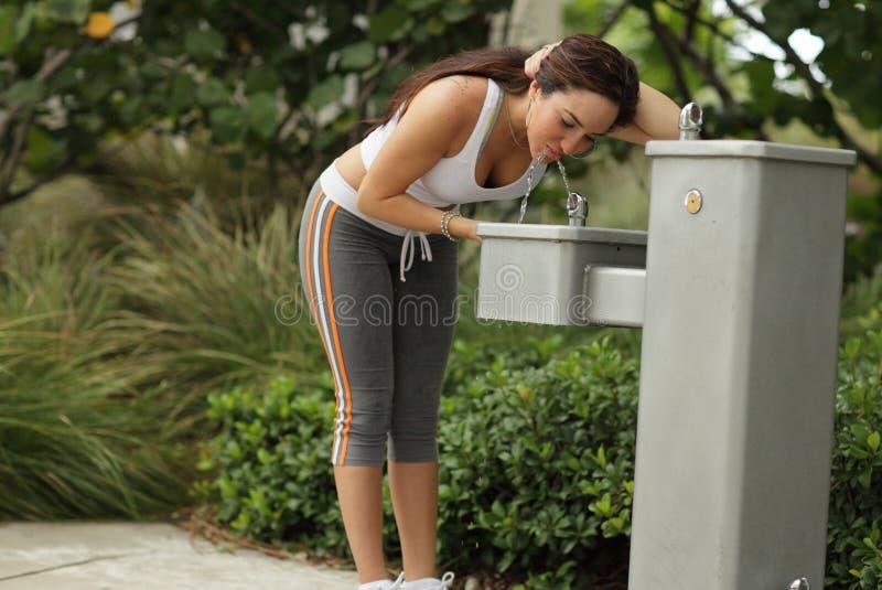 Geschikt vrouwelijk drinkwater royalty-vrije stock foto