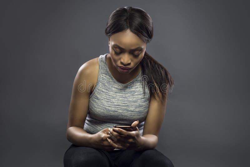 Geschikt Zwart Wijfje die Geschiktheid App bekijken stock afbeeldingen