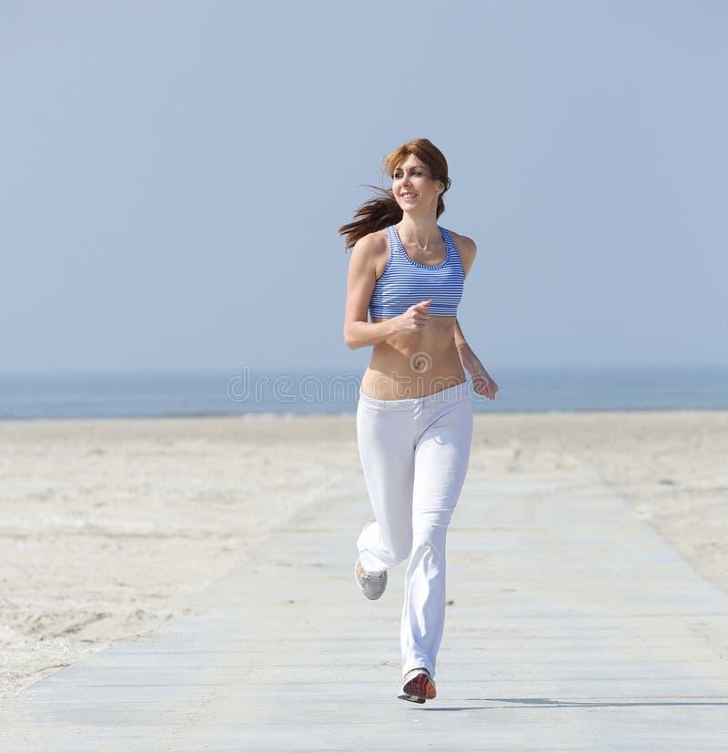 Geschikte actieve midden oude vrouwenjogging stock foto