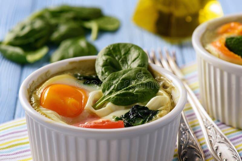 Geschikte die voedseleieren met spinazie en tomaten worden gebakken royalty-vrije stock foto
