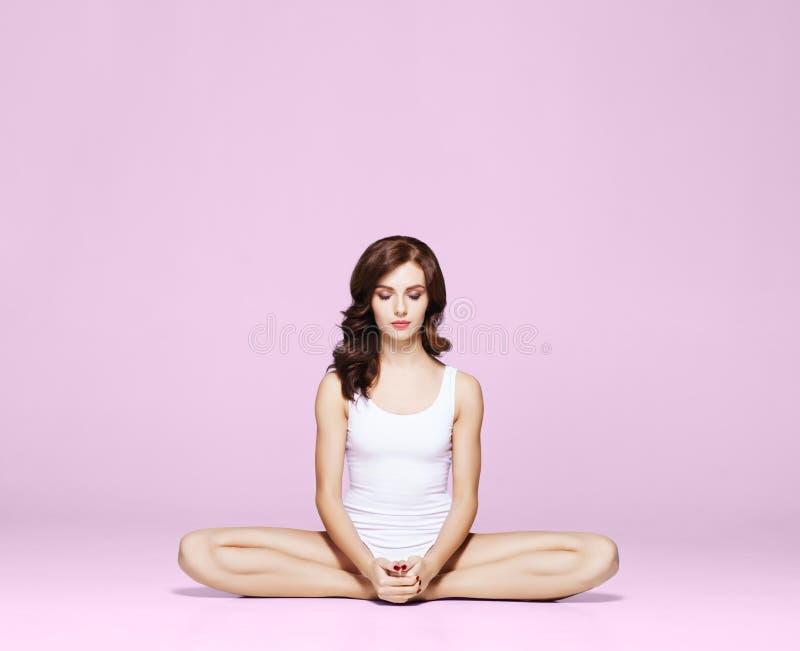 Geschikte en sportieve mooie vrouw met perfecte vorm Meisje in wit stock afbeelding