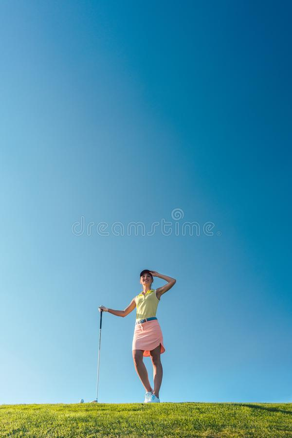 Geschikte en vrolijke vrouw tijdens praktijk op het groene gras van p stock afbeelding