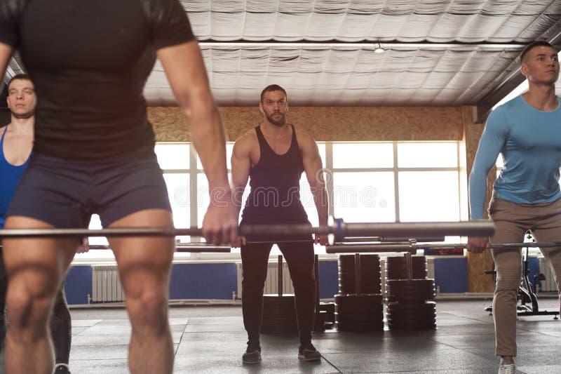 Geschikte Gezonde Mensen die samen in Gymnastiek opleiden stock afbeelding