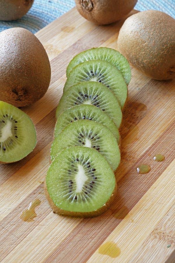 Geschikte het portretkant van het kiwifruit plakken wijd stock fotografie