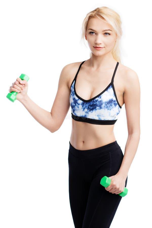 Geschikte jonge mooie vrouwenoefeningen met dumbells Bicepsenoefening Gezondheidsconceptie royalty-vrije stock afbeelding
