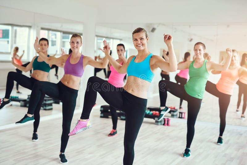 Geschikte jonge vrouwen die van een aerobicstraining genieten stock fotografie