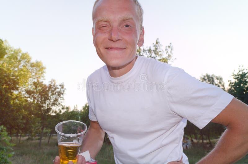 Geschikte mens die op middelbare leeftijd van een glas bier genieten royalty-vrije stock fotografie
