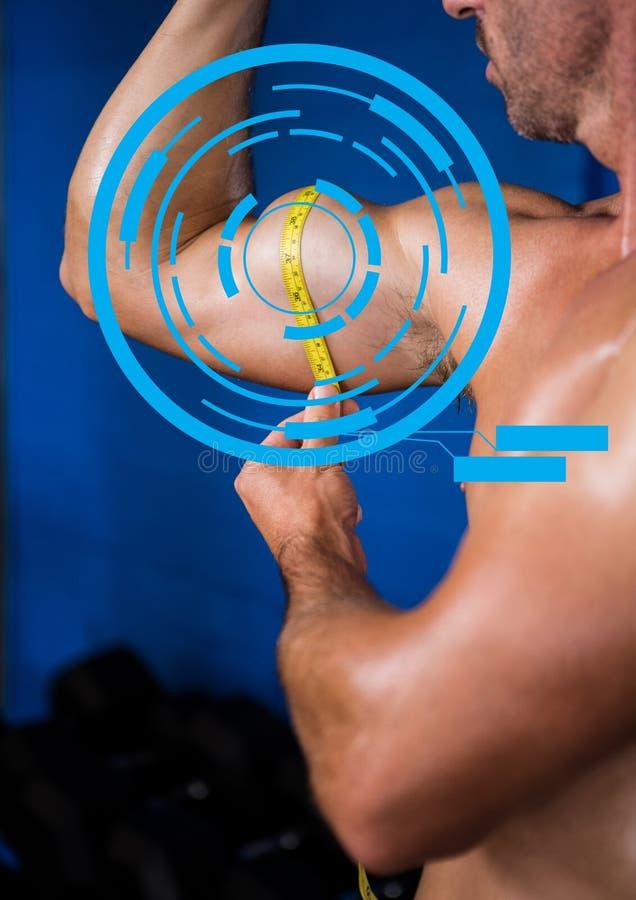 Geschikte mens die zijn bicepsen meten bij gymnastiek met geschiktheidsinterface royalty-vrije stock afbeelding