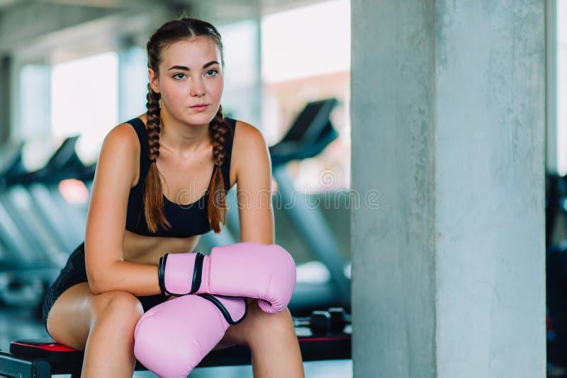 Geschikte mooie jonge de oefeningsklasse van de vrouwen muay Thaise bokser in een gymnastiek Gezond, sport, levensstijl, Fitness, stock fotografie