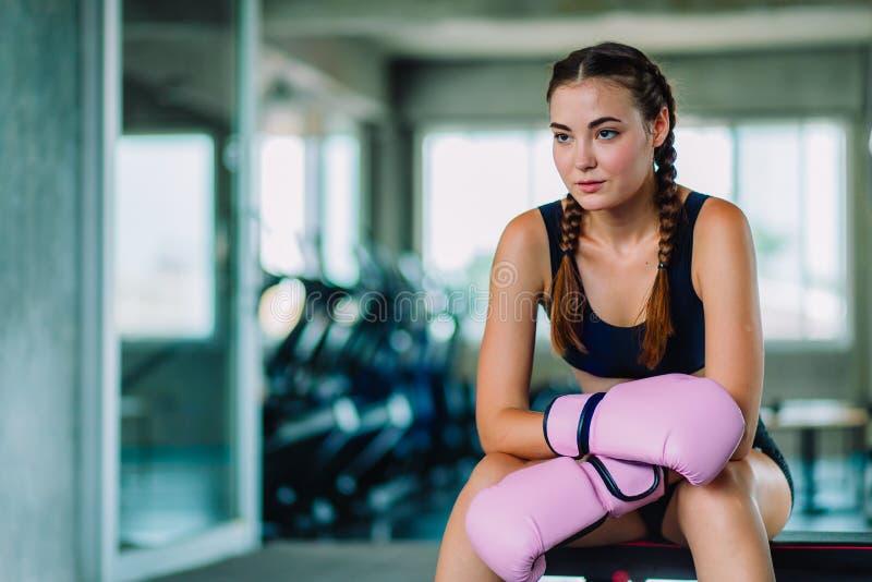 Geschikte mooie jonge de oefeningsklasse van de vrouwen muay Thaise bokser in een gymnastiek Gezond, sport, levensstijl, Fitness, royalty-vrije stock foto's