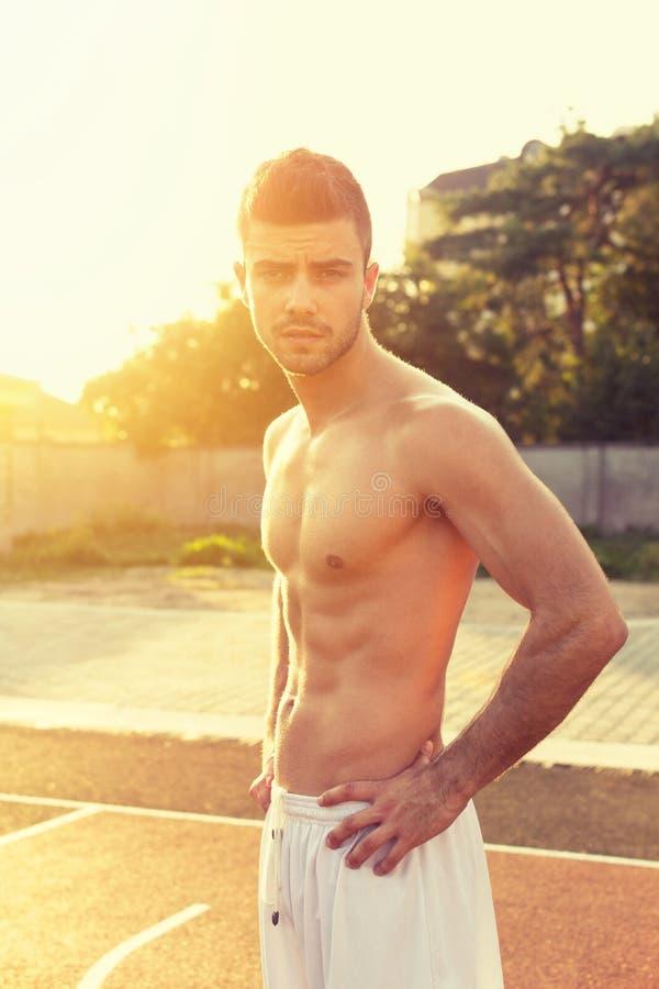 Geschikte shirtless jonge mens in openlucht op zonnige de zomerdag stock afbeelding
