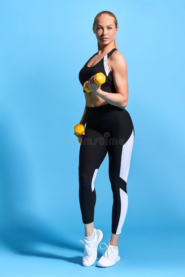 Geschikte slanke knappe sportvrouw die voor de concurrentie voorbereidingen treffen stock foto