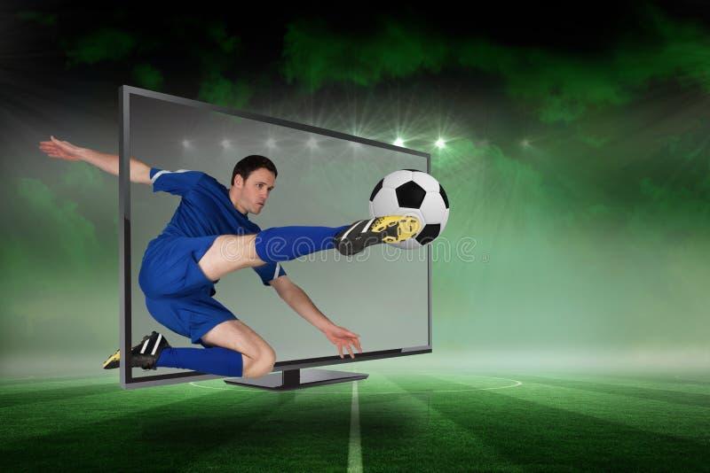 Geschikte voetbalster het schoppen bal door TV royalty-vrije stock foto