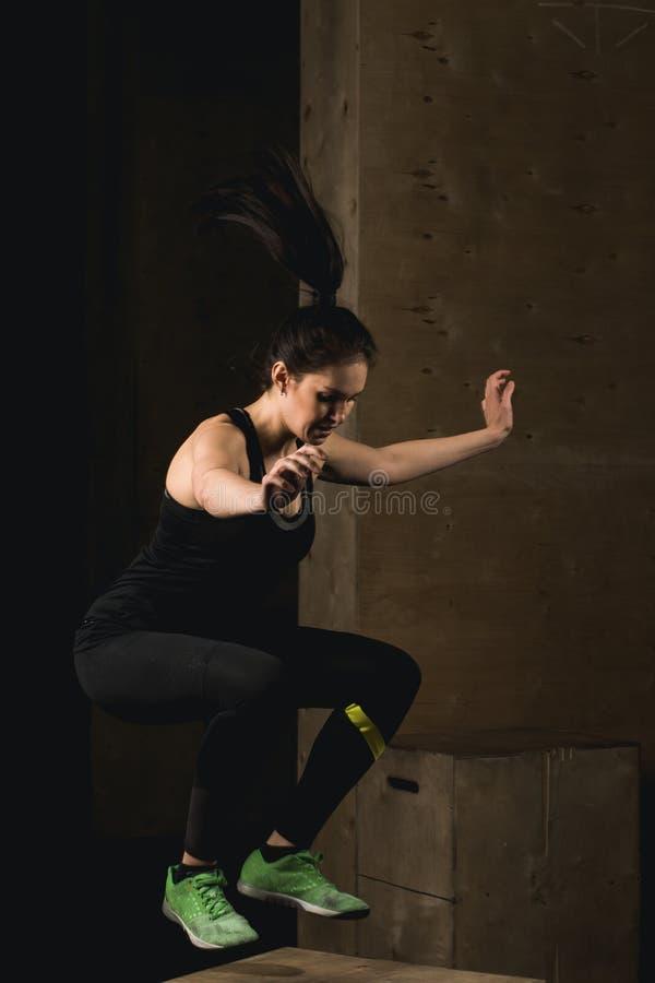 Geschikte vrouw die doos doen die bij crossfitgymnastiek springen royalty-vrije stock fotografie