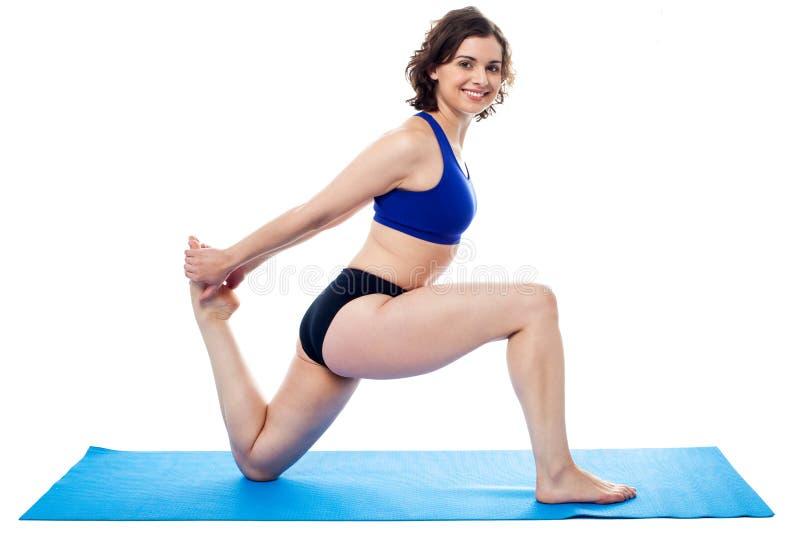 Geschikte vrouw die gebogen knieënoefening doen stock foto's