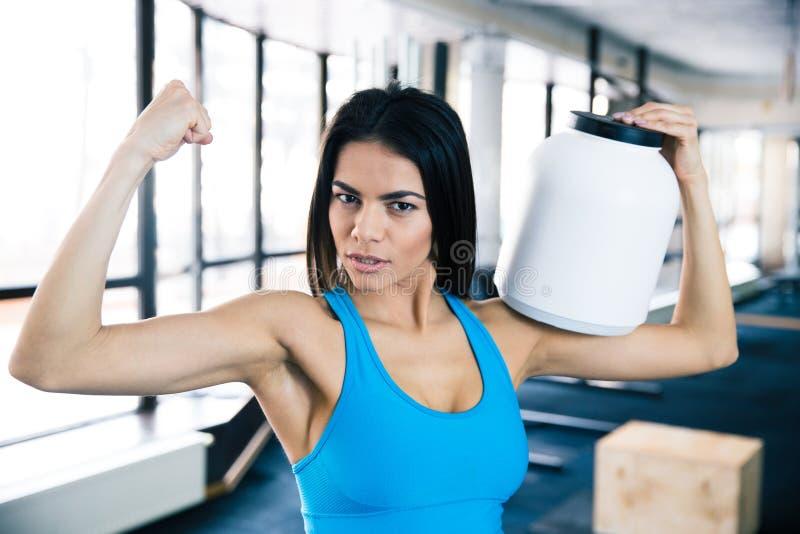 Geschikte vrouw die haar spieren tonen royalty-vrije stock foto