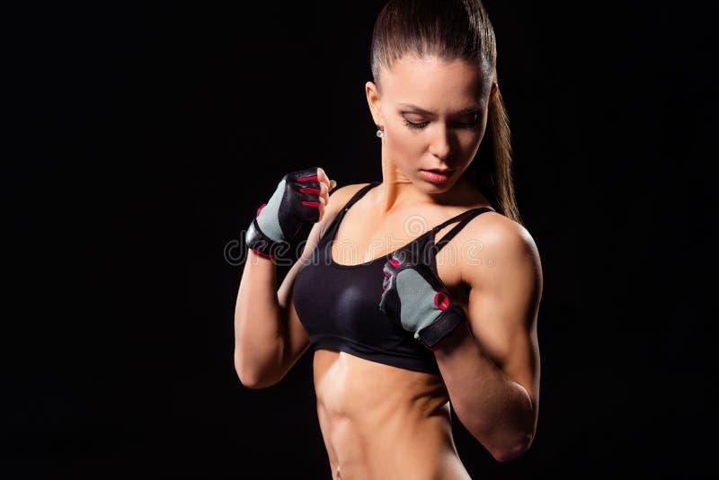 Geschikte vrouw in donkere sportkleding stock foto's