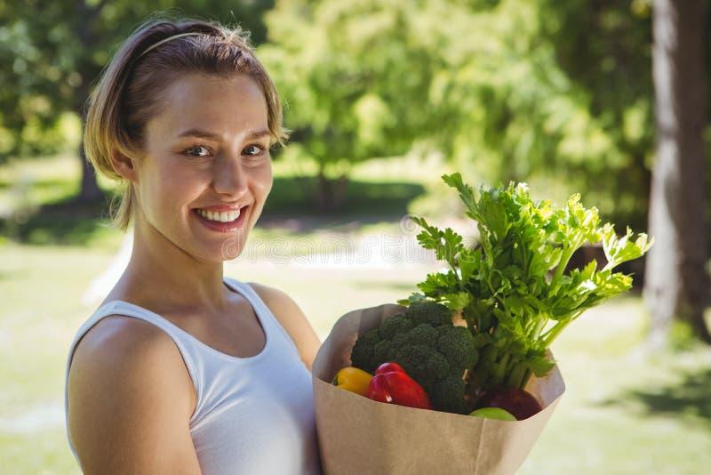 Geschikte vrouw met document zak van groenten royalty-vrije stock foto's