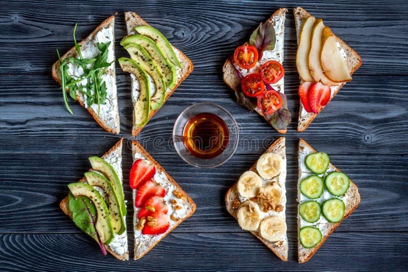 Geschiktheid breskfast met eigengemaakte van de sandwiches donkere lijst hoogste mening als achtergrond stock fotografie